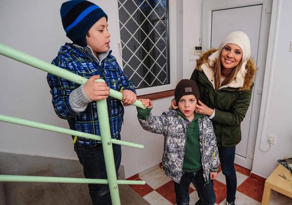 Bálint és Bence már nyolcévesek, de azért műsorvezető édesanyjuk odafigyel arra, hogy szeles időben a sapka még márciusban se maradjon el.