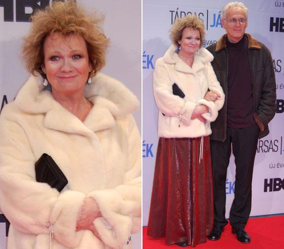 Básti Juli férjével, a rendező-színházigazgató Puskás Tamással. A színésznő szerepe szerint ugyan az első évad végén meghalt, de valamilyen formában a második évadban is feltűnik a színen.