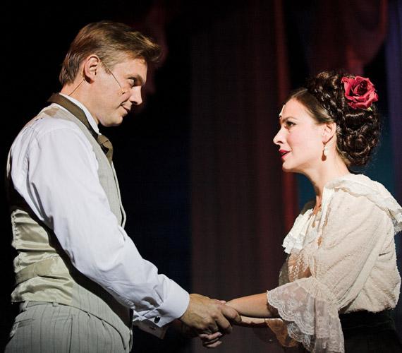 A színésznő korábban is játszott már az Anna Kareninában: a Veszprémi Petőfi Színház fotóján Szeles Józseffel látható.