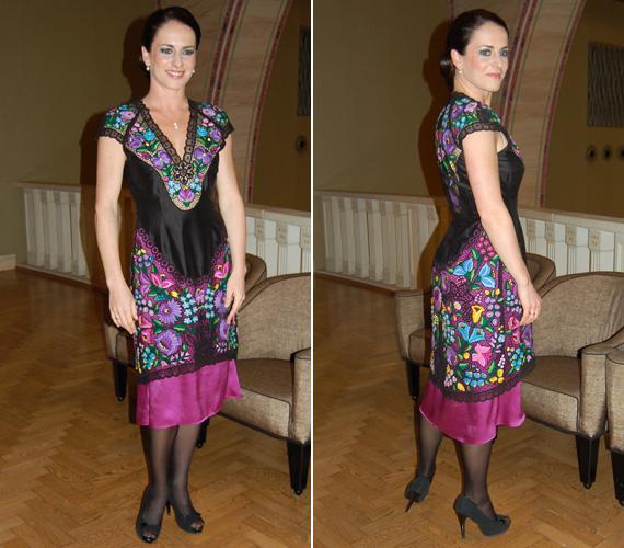 Hrivnák Tünde új BY ME Spicy kollekciójának védnökeként a divatbemutatón egy szomorú kalocsai színvilágú ruhakölteményben volt látható, amelynek fő színei a lila, a kék és a zöld.