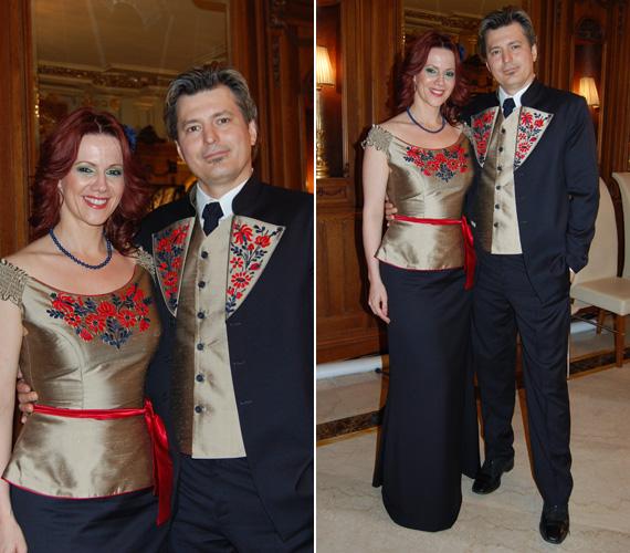 A színész aranyszínű hajtókáján felesége ruhájának hímzése köszönt vissza.