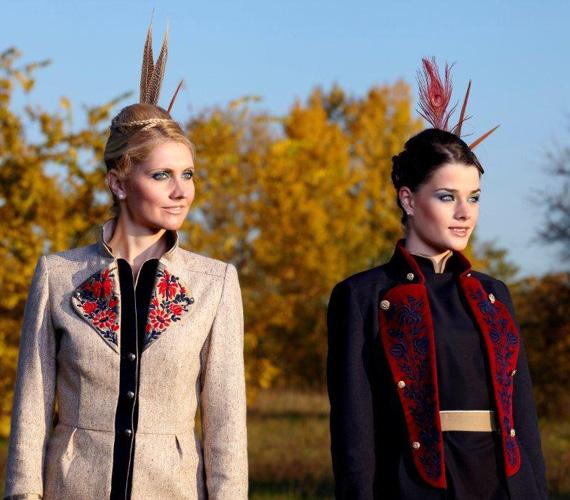 A klasszikus színek és fazonok újragondolása mellett a fekete, fehér, szürke és a sötétkeki színek együttese jellemzi a ruhákat.