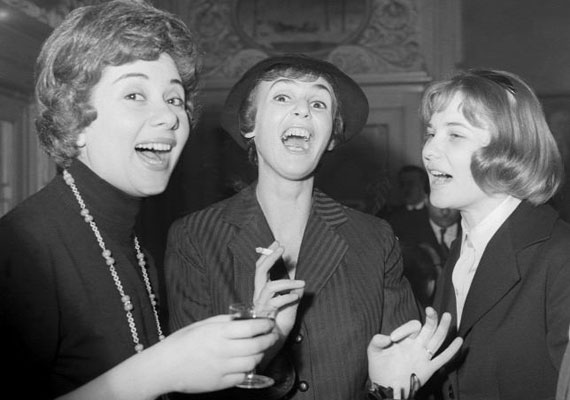 A három zseniális színésznőből kettő már az égi társulathoz szegődött: az 1959-ben készült felvételen Ruttkai Éva, Psota Irén és Törőcsik Mari bohóckodik Keleti Éva fotóművésznek.