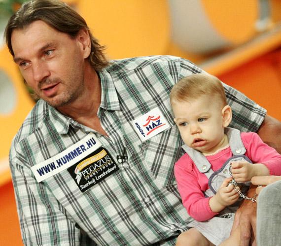 Pulai Imrének két felnőtt fia után született meg 2010 októberében kislánya, Lili, az óriás sportoló természetesen imádja tündéri csemetéjét.