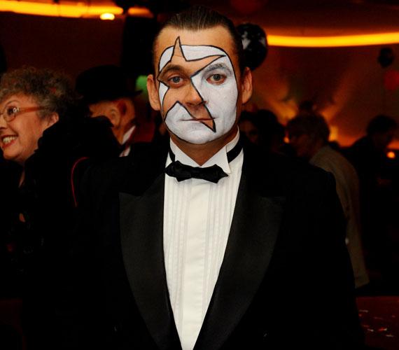A 48 éves színész tehát nem hiányozhatott a Halloween-partiról, ahol mindenkit meglepett különleges sminkjével.