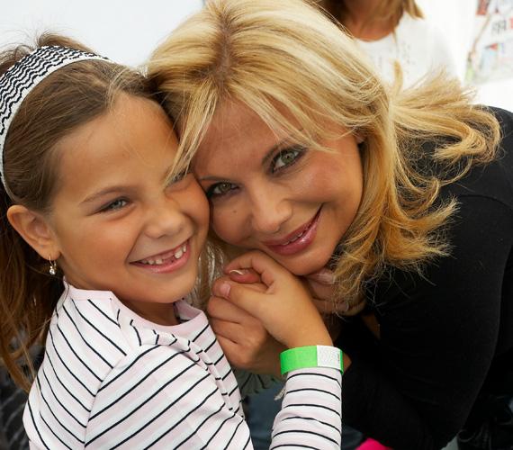 A 2003-ban született kislány a szeme színét is édesanyjától örökölte.