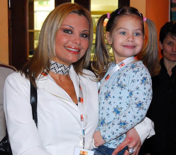 Rába Tímea 2006-ban a hároméves, copfos Ninával.