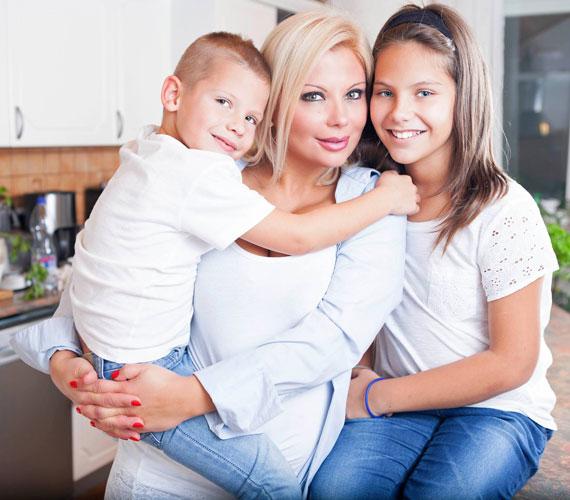 Rába Tímea Az otthon íze című, családi recepteket és történeteket tartalmazó könyvének címlapján két kisebbik gyermekével szerepel.