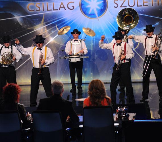 A csapatok táborát erősíti a pécsi Brassdance zenekar, melynek tagjai szuzafonnal, vadászkürttel, trombitával és harsonával érkeztek. A rendhagyó hangszereken Michael Jackson Bad című számát adták elő táncos koreográfiára.