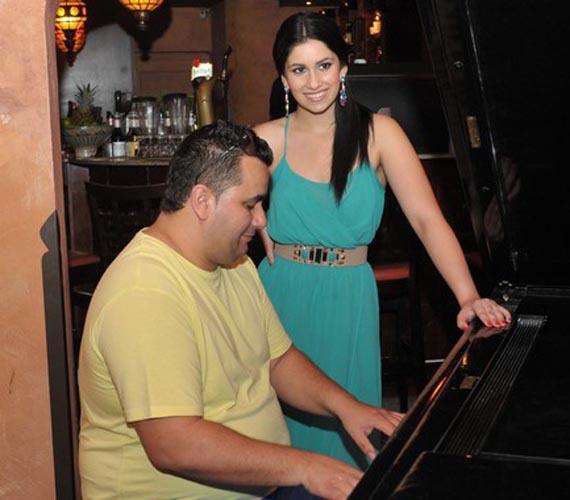 Természetesen a zenélés sem maradhatott el, Gigi azonnal kiszúrta a zongorát.