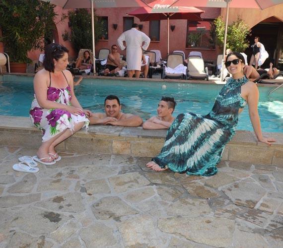 A család rengeteg időt töltött a medence partján, élvezték a nyári meleget.