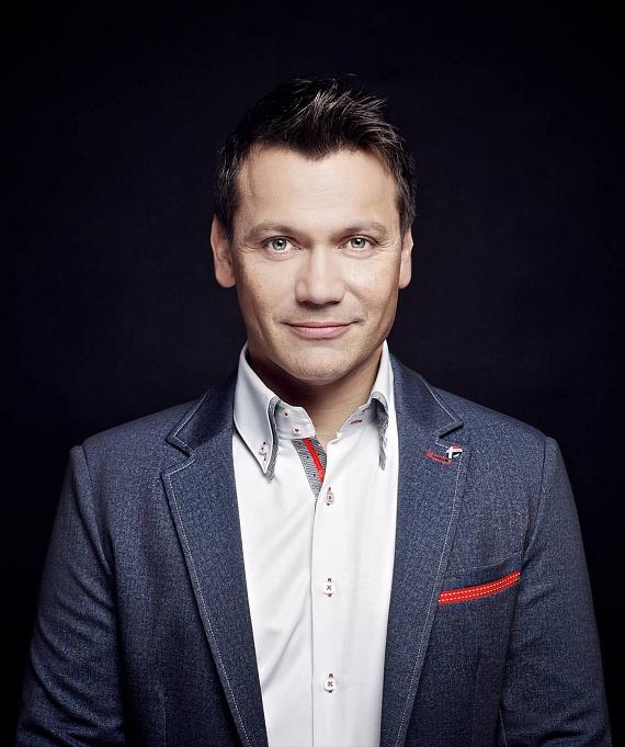 Kovács Áron a Class FM 2009-es alapítása óta volt a népszerű rádió műsorvezetője, ám április végén úgy döntött, hogy távozik a rádióadótól. Döntése okát is elárulta: a Radio Rock reggeli műsorvezetője és arca lett, amiről azt mondta, nehéz ennél testhezállóbbat és csábítóbbat kitalálni számára.