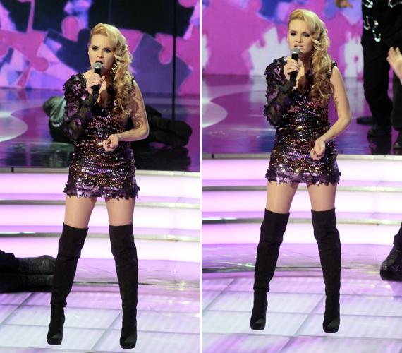A 22 éves énekesnő, Rami az est legmerészebb ruhájával hódított, csillogú miniruhája még a fenekét is alig takarta.
