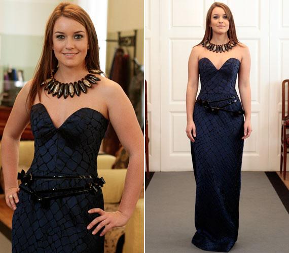 Nemcsak a mélyen dekoltált, sellő fazonú kék ruha volt különleges, de a hozzá felvett Zsolnay nyakék is.