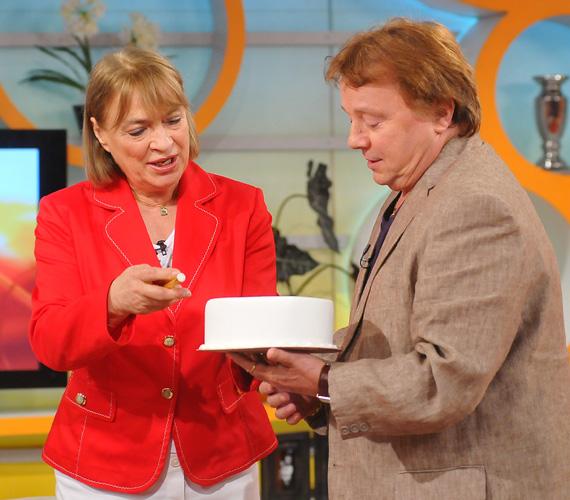 Kedden ünnepléssel indult a nap a Reggeliben, a 76 éves Aradszky Lászlót kollégája és barátja, Kovács Kati köszöntötte.