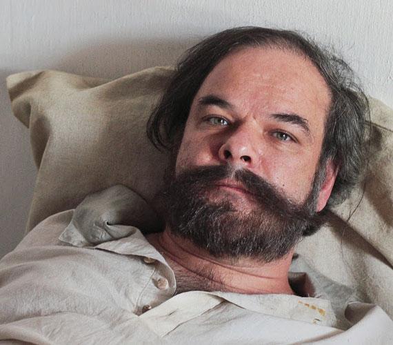 Kálloy Molnár Péter a korra jellemző szakállt és bajszot kapott a maszkmestertől a sorozat forgatása alatt.