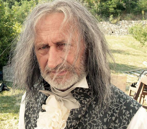 A Kossuth-díjas és Jászai Mari-díjas Reviczky Gábort hosszú, ősz hajjal alig lehet felismerni: a 64 éves színészen évtizedeket öregített.