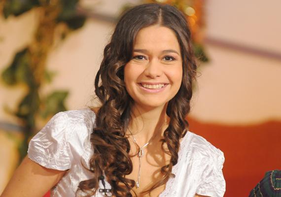 Geszler Dorottya 2001-ben egy Módos Mercédesz nevű karakter bőrébe bújt.