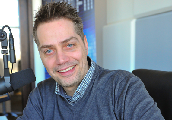 Harsányi Levente rádiós és televíziós műsorvezető 2004-ben néhány epizód erejéig egy Vadász Viktor nevű fotóst játszott, aki a Konta Barbara által megformált Hoffer Eszternek csapta a szelet.