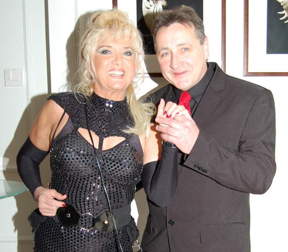 Karda Beára 2009 őszén talált rá a szerelem, ami azóta is tart. A 63 éves énekesnő az interneten ismerte meg a civil szerelmét, Lacit, akivel együtt érkezett az idei Story-gálára.