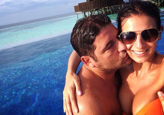 Sarka Kata egy régebbi nyaraláson készült fotót posztolt a Facebook-oldalán, melyen a férje, Hajdú Péter nagy odaadással csókolja.