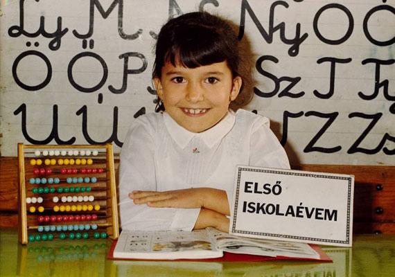 Rubint Réka első osztályos kislányként mosolyog az iskolai fényképezkedésen - a szemeiről felismerni.
