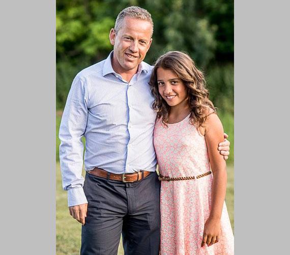 Édesapja, Schobert Norbi is büszkén mosolygott egyetlen lányával.