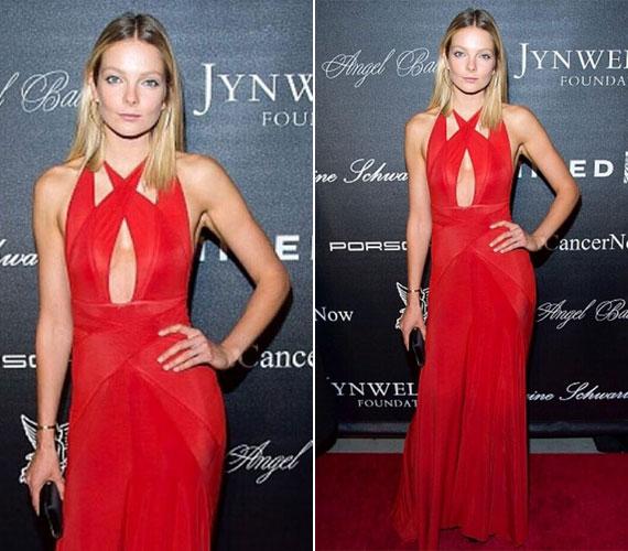 Mihalik Enikő október 19-én a New Yorkban, az Angel Ball vörös szőnyegén egy hasonló mellszabású, piros estélyiben jelent meg.