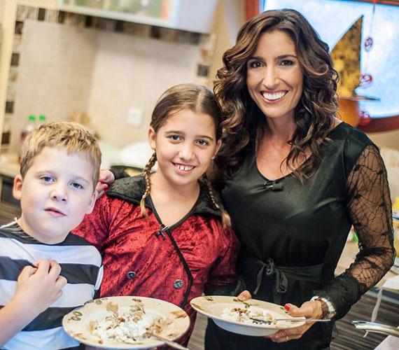 Rubint Réka idősebbik gyerekei jelmezbe öltöztek: Lara egy bíborszínű bársonyruhát, kis Norbi egy csíkos kalózruhát öltött magára.