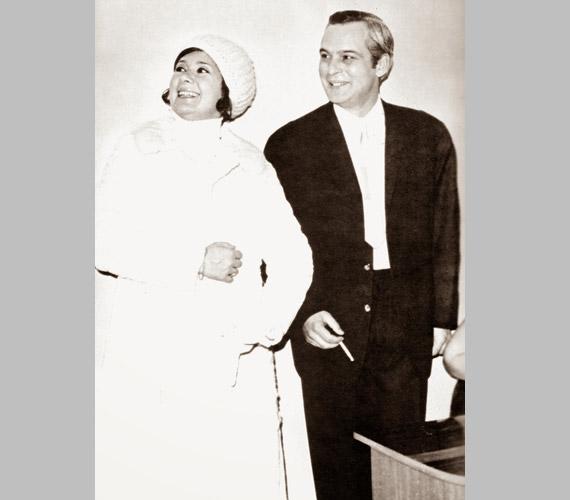 Ritka pillanatfotó 1970-ből: Ruttkai és Latinovits fellépésre igyekszik.