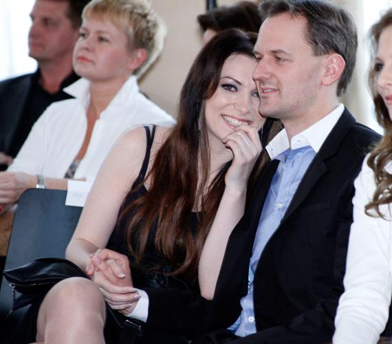 A divatbemutató részvevői jó pár meghitt pillanatnak lehettek szemtanúi: az énekesnő és párja, a Budapesti Műszaki és Gazdaságtudományi Egyetem adjunktusa remekül érezték magukat.