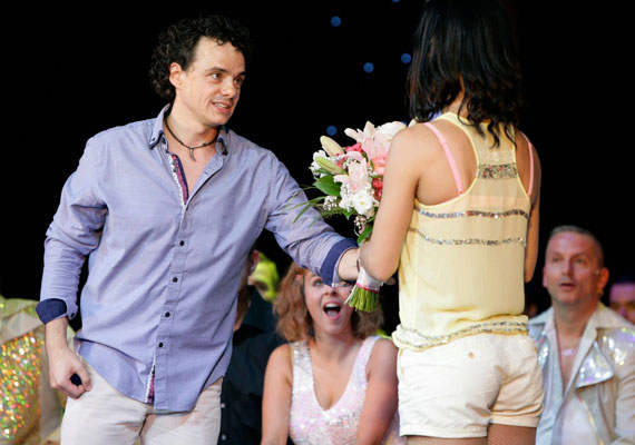 A 34 éves színész, ismert szinkronszínész, Sánta László a Mamma Mia! 100. előadására időzítette a lánykérést. Táncművész szerelmének először csak egy virágcsokrot adott át.