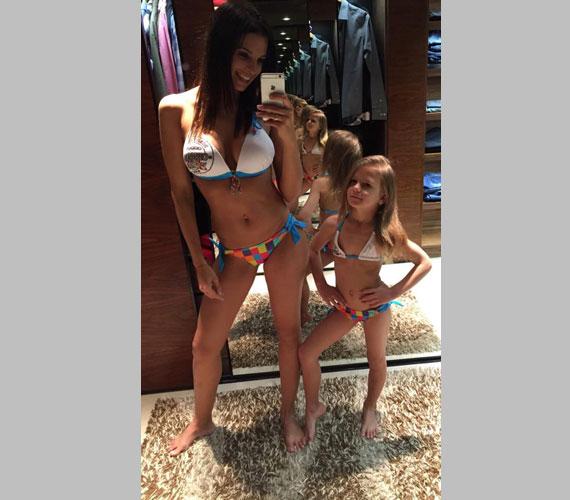"""""""Mint két tojás"""" - írta felesége és lánya ma délután posztolt bikinis fotójához Hajdú Péter."""