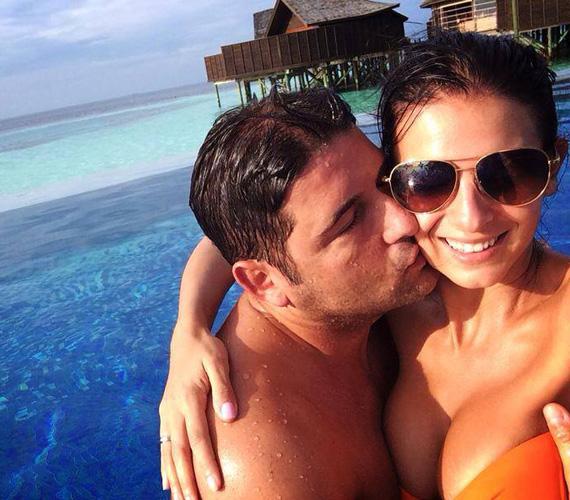 Azt a bikinis fotót sem lehet megkerülni, ami a Maldív-szigeteken készült. A kommentelők szerint a helyszín is csodás, de Hajdú Péter feleségének dekoltázsa mindent überel.