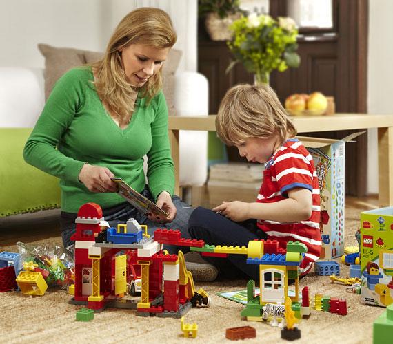 Mosolyversenyt indított a LEGO DUPLO, amelynek nyertese az év második felében induló reklámkampány arca lesz. A beérkezett pályázatokat értékelő zsűri egyik tagja Schell Judit is.