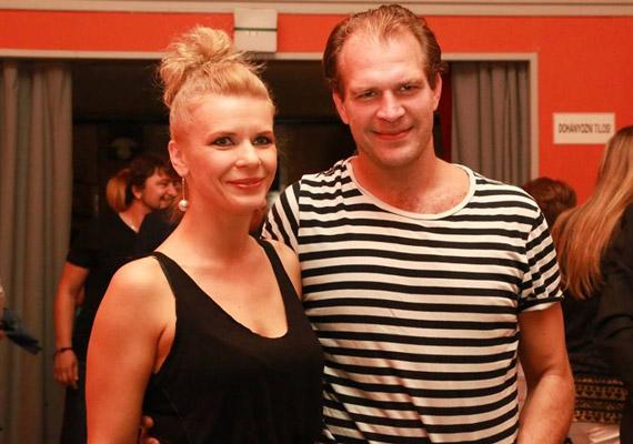 A Thália Színház a Facebook-oldalára töltötte fel A hőstenor premieri partiján készült fotókat: ezek között található Schell Judit és Schmied Zoltán kettőse is.