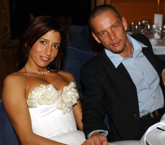 """""""2002. szeptember 5-én, este 7 órakor elvettem Rékát feleségül. Egy év se telt el, hogy összehozott minket a Jóisten, bár már kapcsolatunk harmadik hetében megkértem a kezét, mert az első pillanatban tudtam, hogy Ő az akivel leélem az életem"""" - olvasható esküvői fotójuk mellett."""