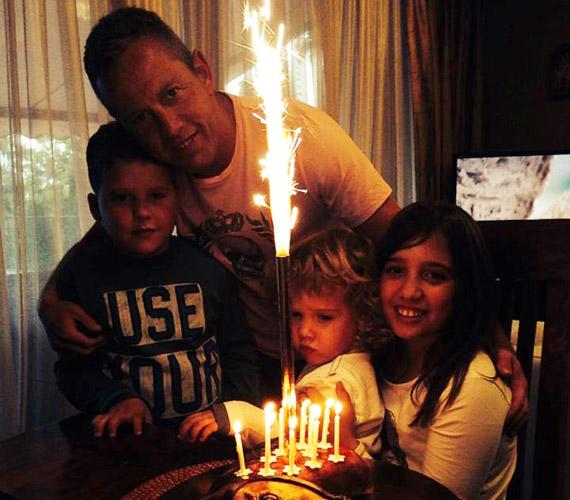 Három gyerekük született: Lara 2003-ban, Norbi 2005-ben, a kis Zalán pedig 2011-ben. A kép Lara tízéves szülinapján készült.