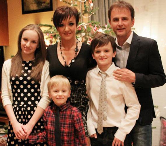 Szandi egy családi fotóval kívánt rajongóinak boldog új évet.
