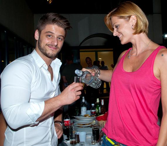 Jócskán volt mit megbeszélni a színészeknek és a stábtagoknak, valamint természetesen előkerült egy-két finom ital is a családias hangulatú partin.