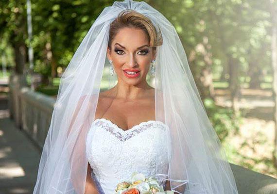 Férjhez ment Völgyi Zsuzsi. Nézd meg, milyen szép menyasszony volt a Romantic együttes egykori énekesnője - még több fotó itt »