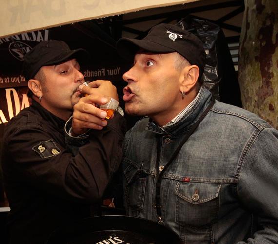 - A whiskey legtöbbször a turnébuszban kerül elő a koncertek után, ilyenkor a felfokozott hangulatot egy kis koccintással vezetjük le - árulta el Sipos Tamás.