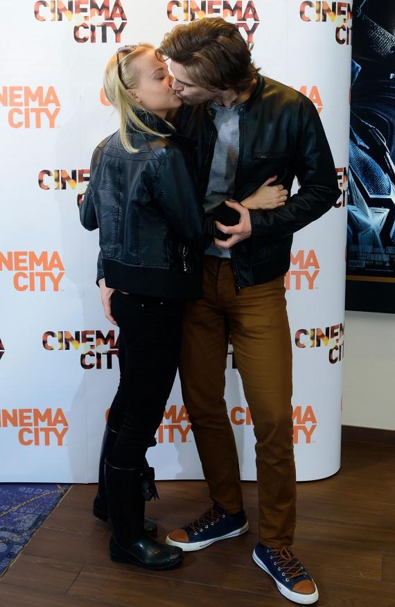 Solti Ádámot, a Barátok közt színészét nem zavarták a fotósok: csókot váltott szerelmével, akinek a popsijára is tévedt a keze.