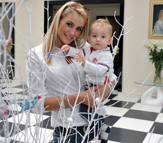 Som-Balogh Edina és kisfia, a hamarosan első születésnapját ünneplő Noel.