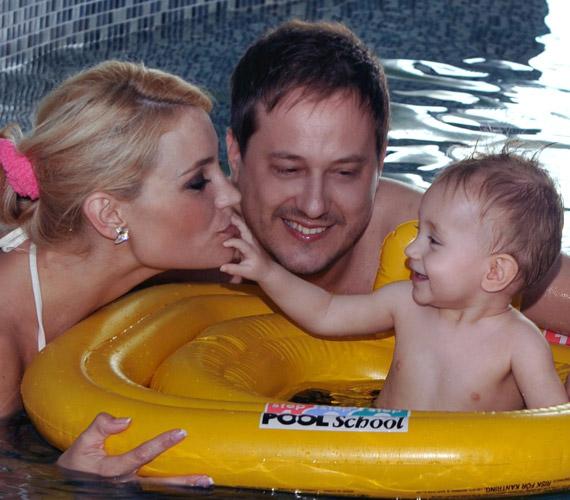 A szálloda melletti termálfürdőben kiderült, a kisfiú igazi vízi csibe. Édesanyja el is határozta, el fogja vinni babaúszásra.