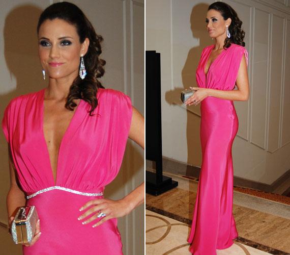 A februári Story-gálán egy földig érő, pink ruhát viselt. A lélegzetelállító, mélyen dekoltált estélyit szintén a Daalarna tervezőnője, Benes Anita álmodta meg.
