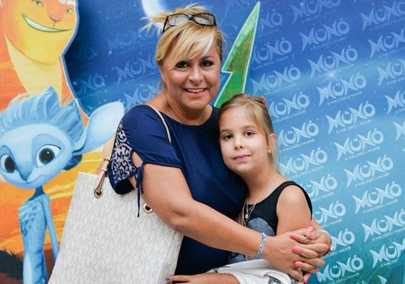Szulák Andrea kislánya, a nyolcéves Rozina ritkán látható, de édesanyja idén júliusban a Münó, a holdbéli című animációs film premierjére elment vele.