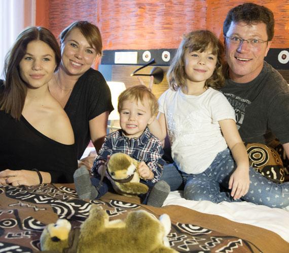 Az érettségi előtt álló Rebeka, mögötte Ancsika, középen Andriska, bal oldalon pedig Stohl András és Franciska.