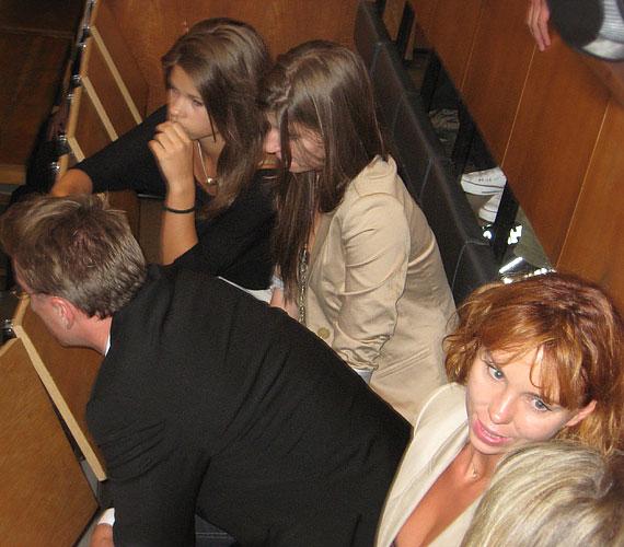 Stohl András párja, Anikó és lányai, Luca és Rebeka aggódva követték figyelemmel az eseményeket.