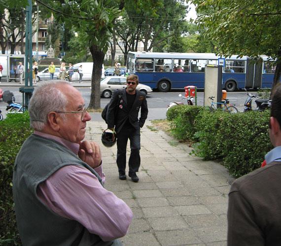 A tárgyalásra kollégái közül Szabó Győző színész is eljött, aki robogóval érkezett a helyszínre.